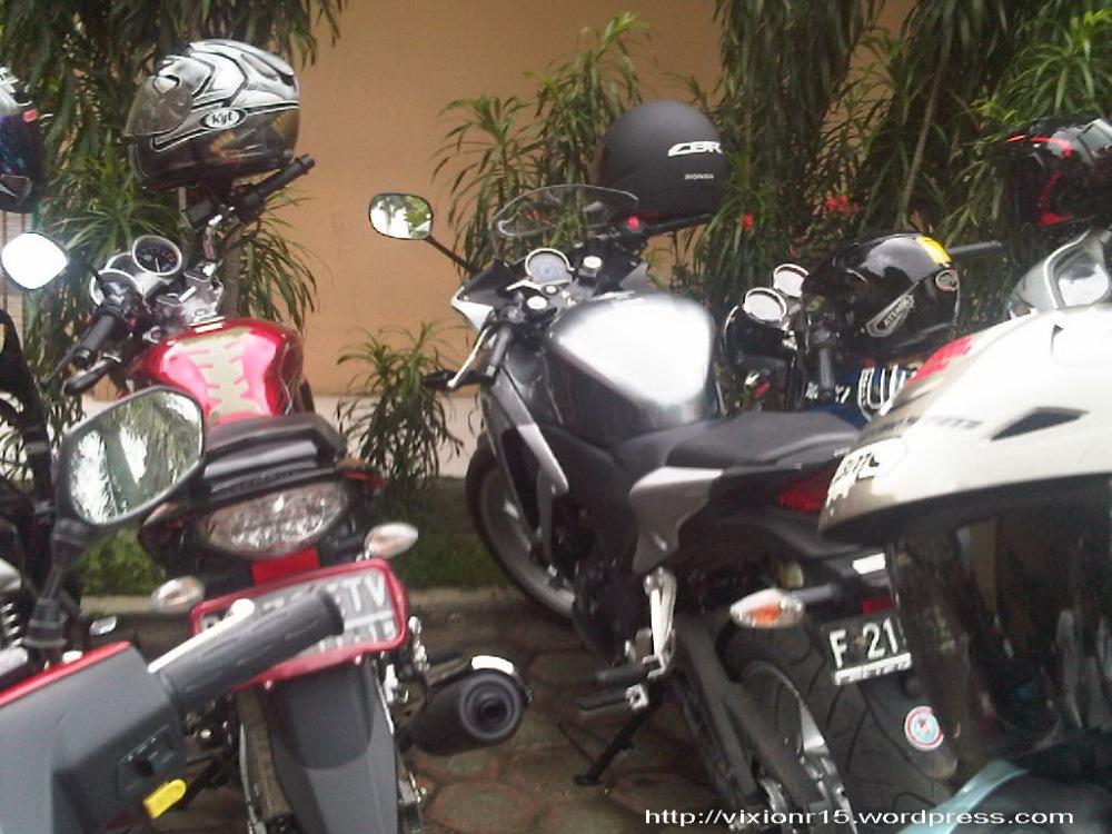 motor ane (disebelah) CBR 250 R haha (2/3)